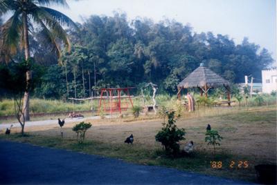 1999年本院的小涼亭環境,當時還是茅草搭蓋而成